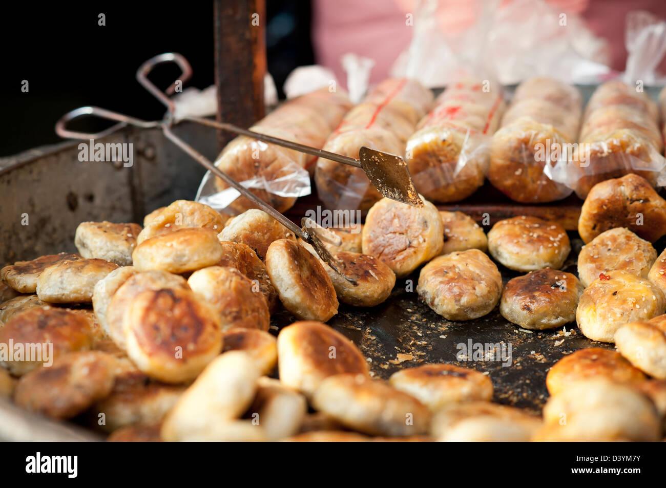 Herzhafte Kuchen zum Verkauf in Dandong Altstadt, Provinz Anhui, China Stockbild