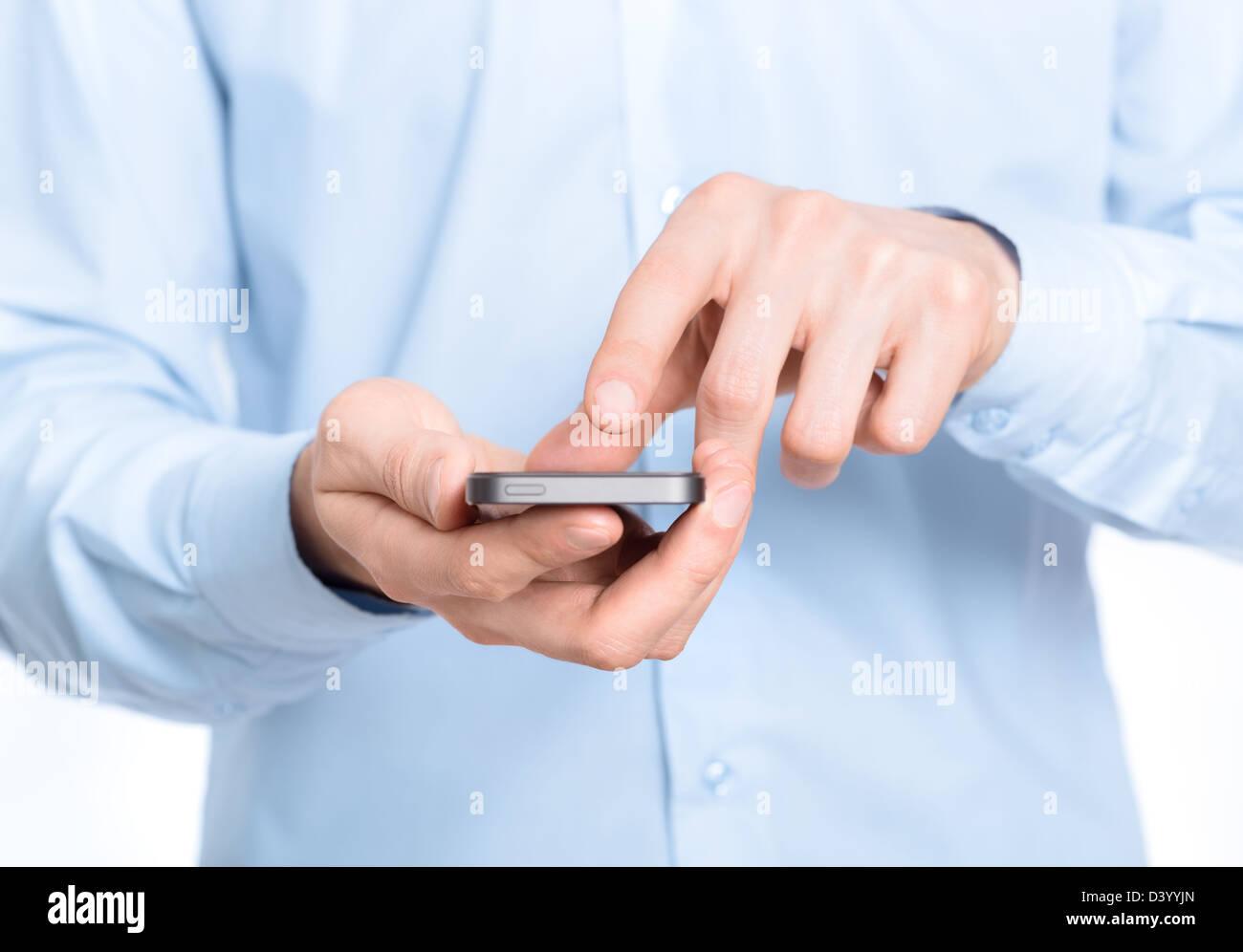Geschäftsmann hält und auf Handy-Bildschirm zu berühren. Nahaufnahme Foto. Stockbild