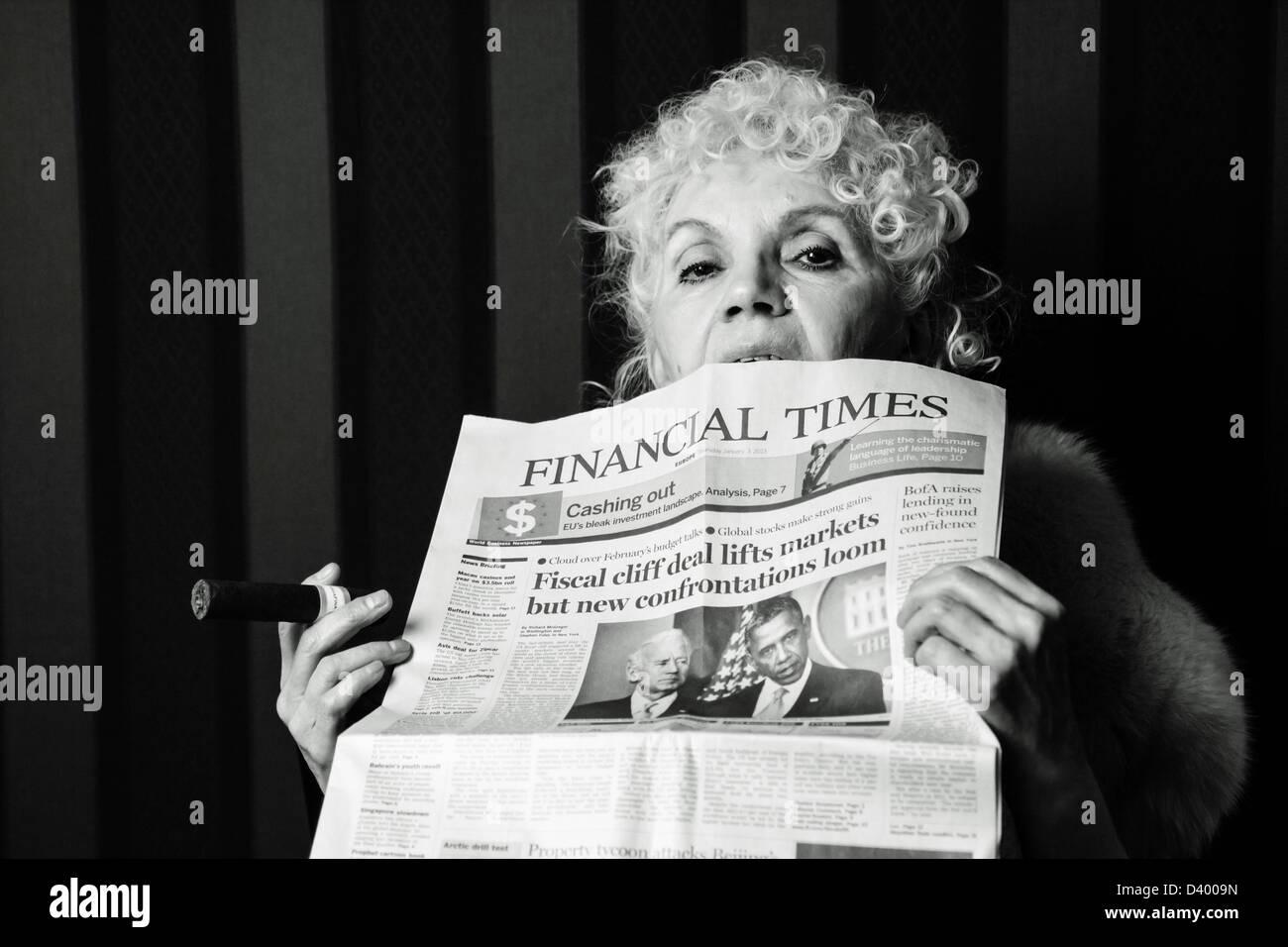 Senior erfolgreiche Frau hält eine Zigarre beißen die financial times Zeitung Stockbild