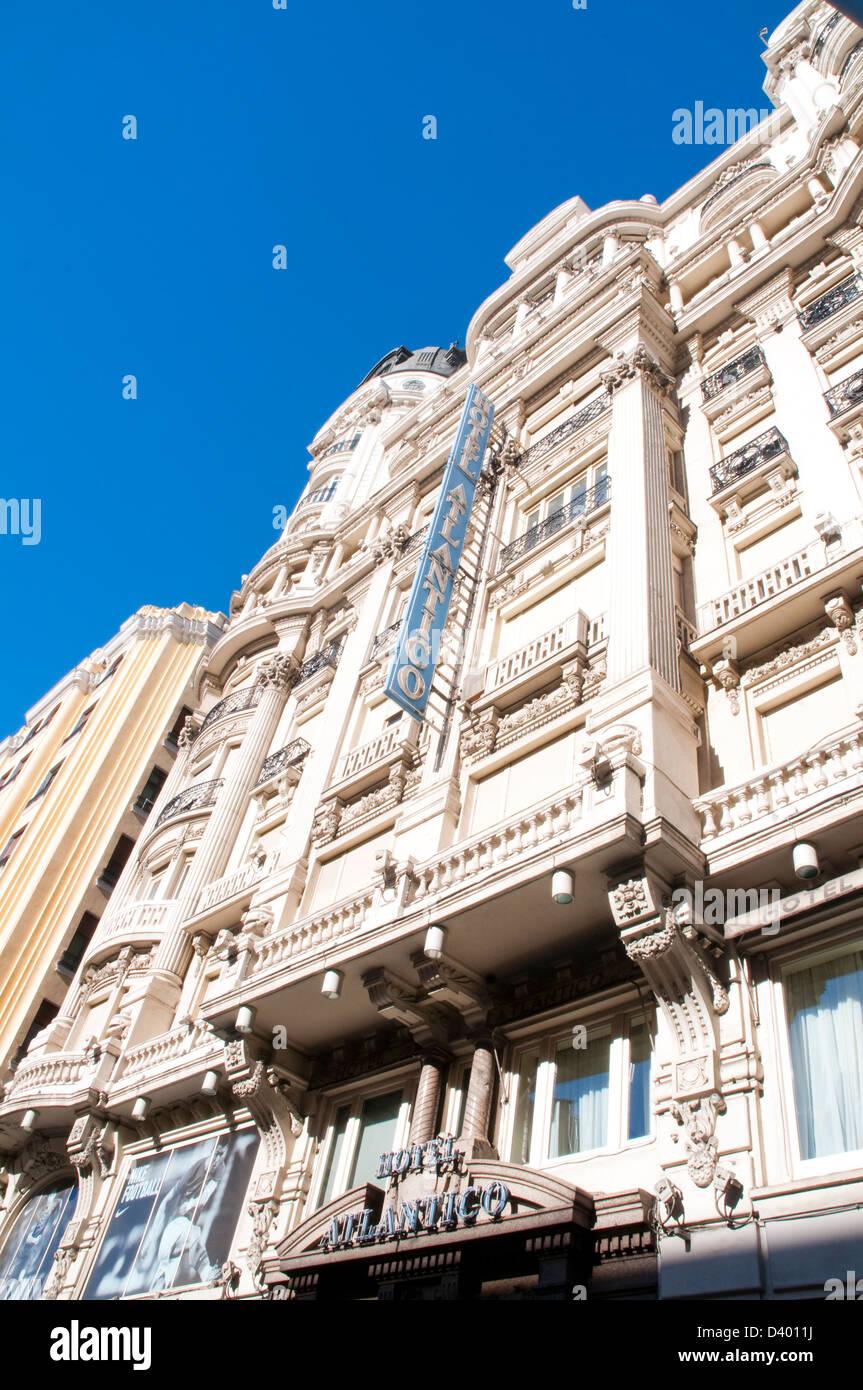 Fassade des Hotel Atlantico, Ansicht von unten. Gran Via, Madrid, Spanien. Stockbild
