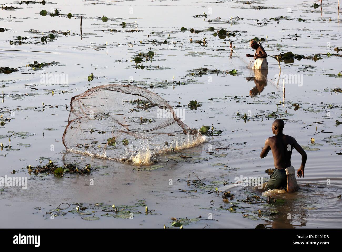 Afrikanische Männer Angeln werfen Besetzung Netto in einem See, Burkina Faso, Afrika Stockbild
