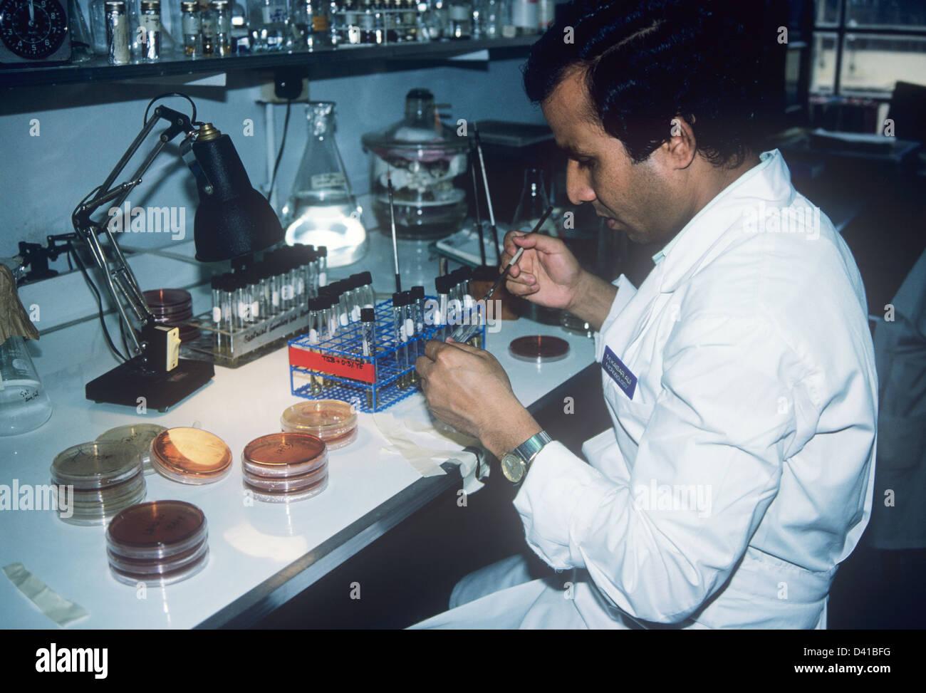 Ein Labortechniker im IDD Krankenhaus in Dhaka Stockbild