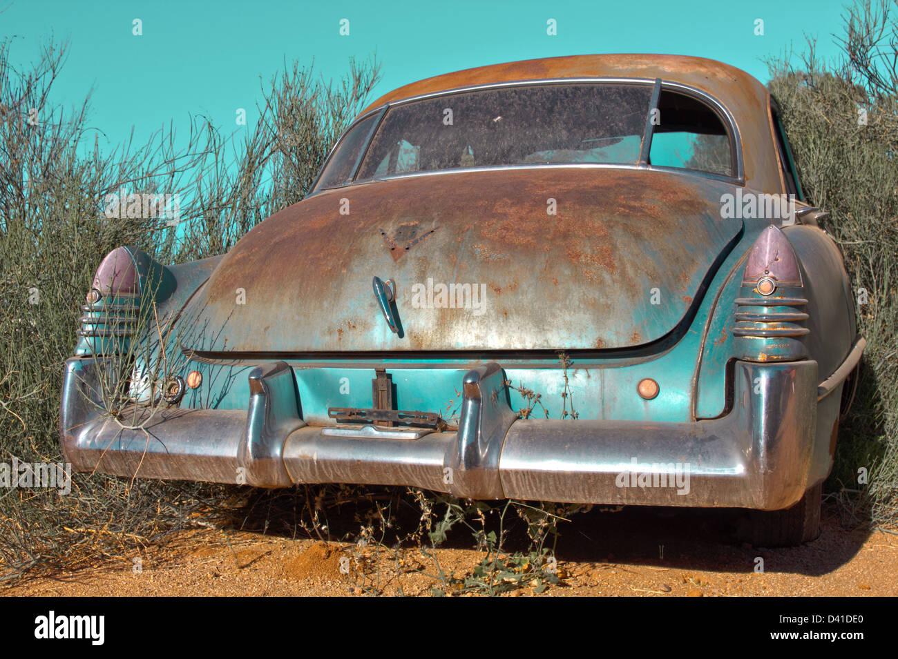 Oldtimer Auto stehend in der Strauch Stockbild