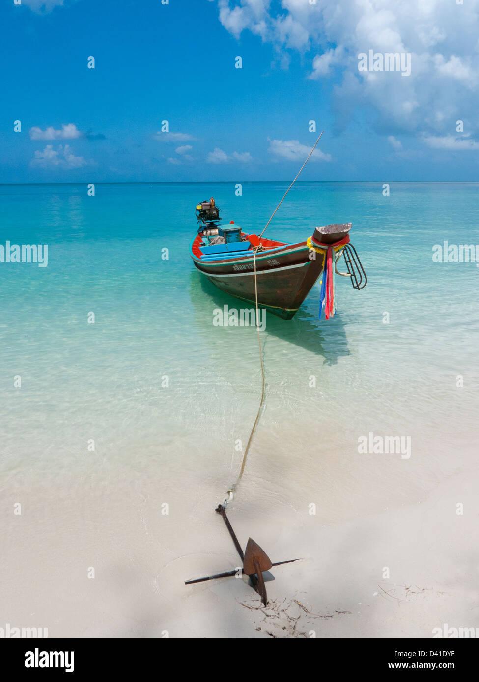 Ein Boot vor Anker an einem Strand Kohphangan Thailand Stockbild