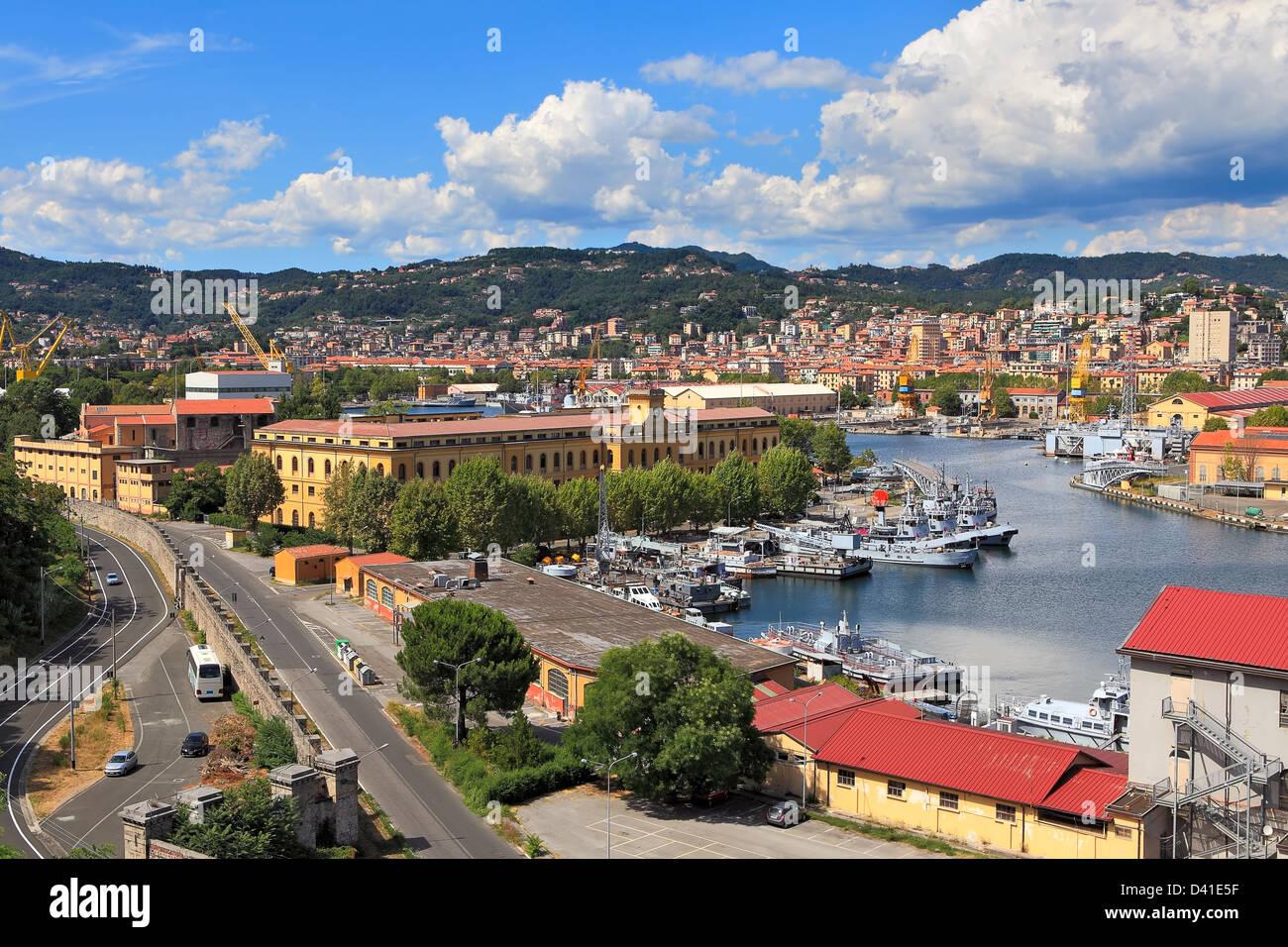 Blick auf Hafen mit militärischen Marinebasis und Stadt La Spezia in Ligurien, Italien. Stockbild