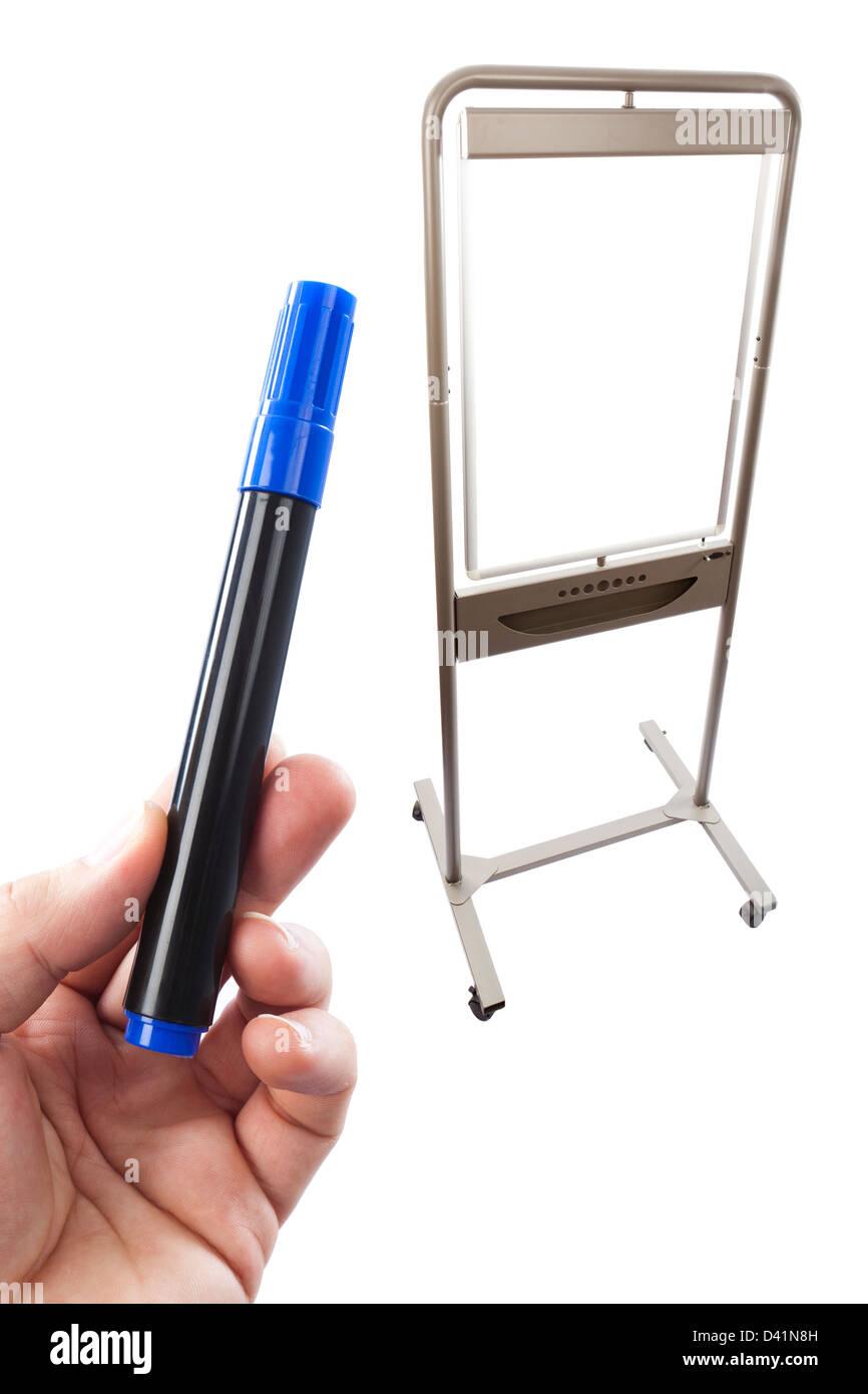 Blaue Flipchart Stift hielt vor einem Flip-Chart, kombiniert in der Postproduktion auf weißem Hintergrund. Stockbild