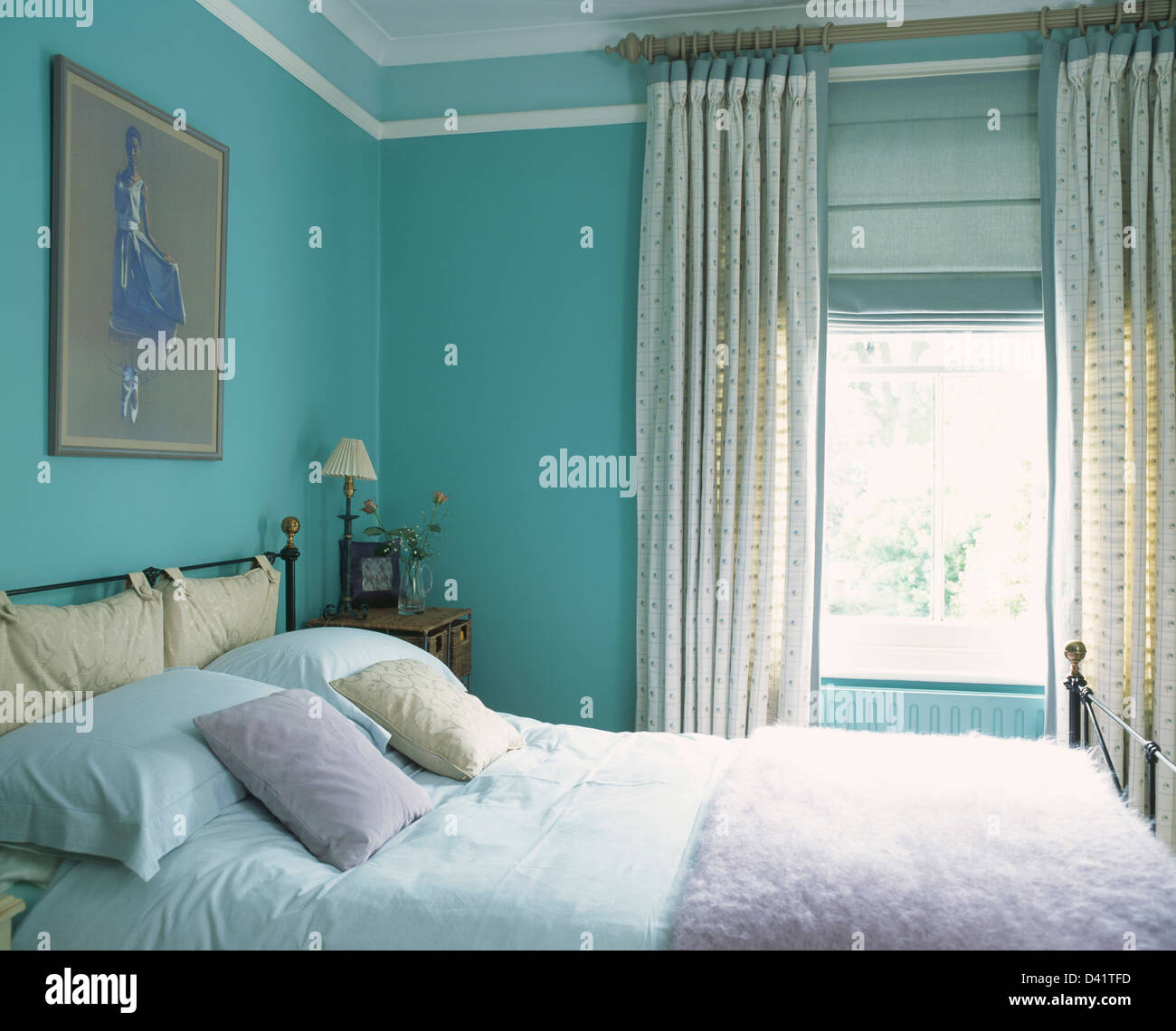 Lila Kunstpelz werfen auf Bett in Türkis Stadthaus ...