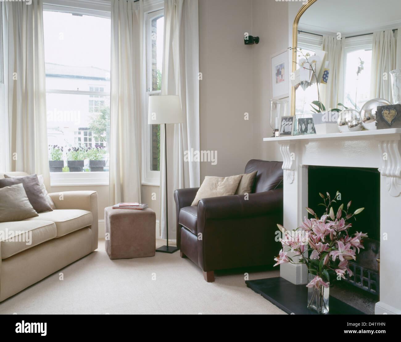 Braun Ledersessel Am Kamin Im Wohnzimmer Stadthaus Mit Sahne Sofa Neben  Fenster Mit Weißen Gardinen