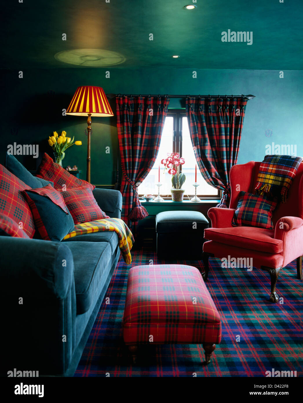 rote tartan gepolsterten hocker und passende kissen auf türkis, Wohnzimmer dekoo