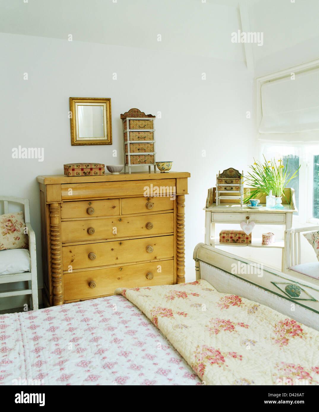 Quilt Rose gemustert und Bettdecke auf Bett in weißem Land Schlafzimmer mit Antik Kiefer Kommode ...