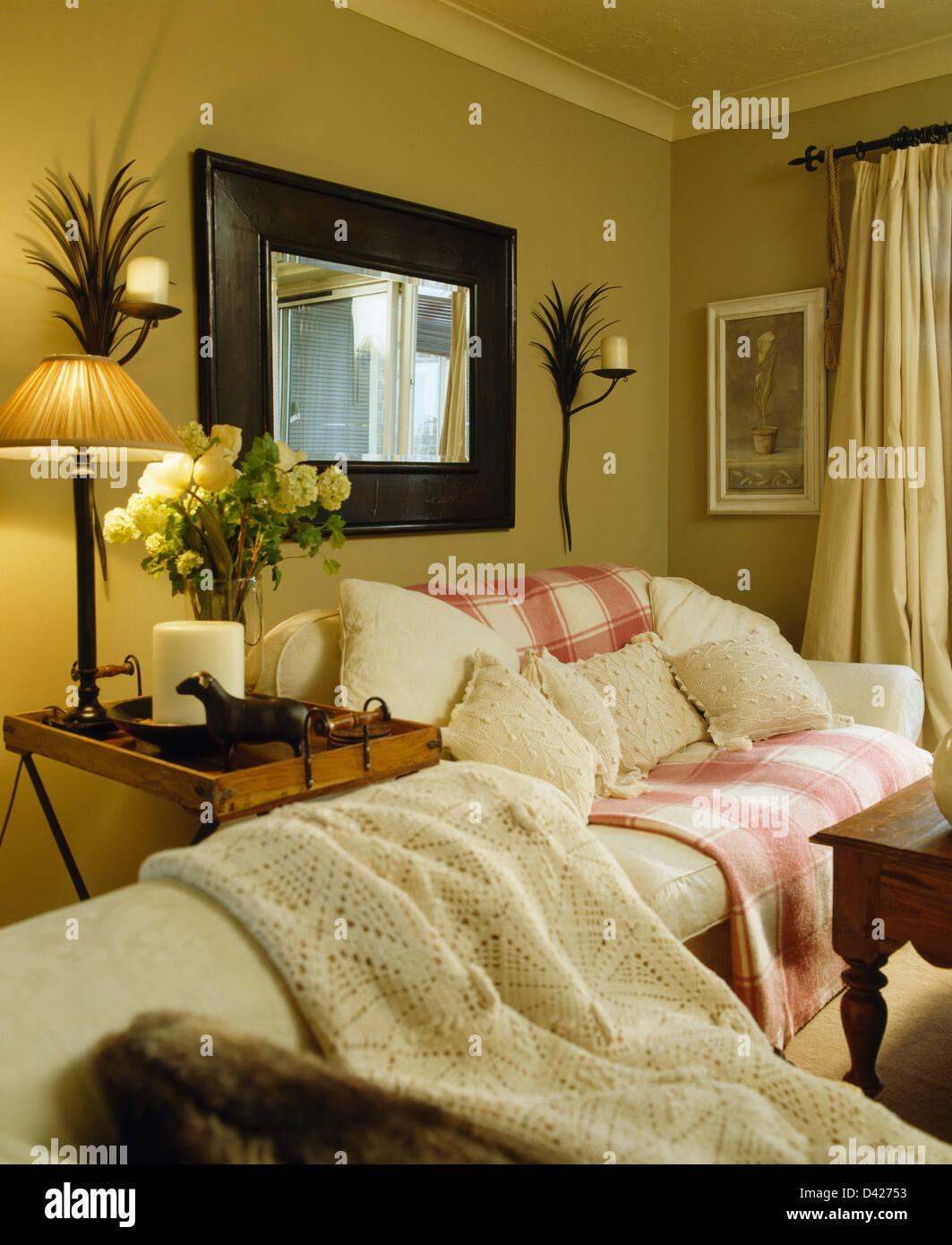 Grosse Spiegel Ber Creme Sofa Mit Rosa Weisse Wurf In Ocker Wohnzimmer Metall Palm Wandleuchter Und Beleuchteten Lampe Auf Tisch