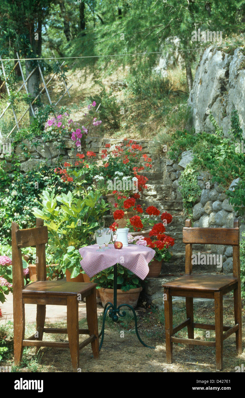 Einfache Hölzerne Stühle Metall Tisch Mit Rosa Stoff Auf Kleine Toskanische  Terrasse Unten Stein Stufen Im Hang Garten
