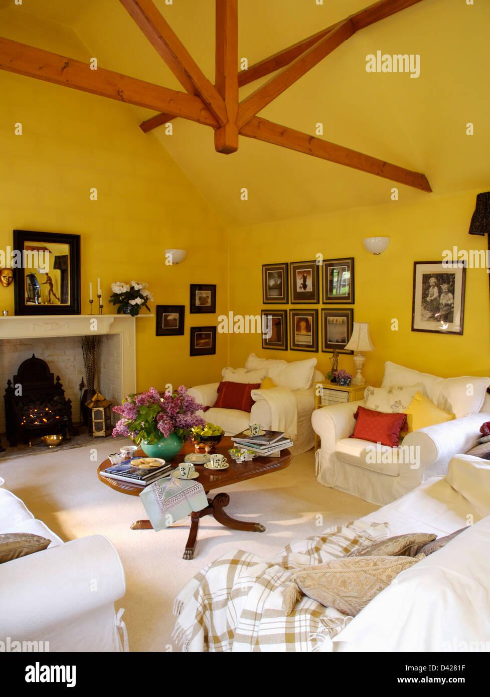 Weißer Sessel Und Teppich In Gelb Wohnzimmer Apex Decke Mit Holzbalken Und  Schwarzen Ofen Kamin