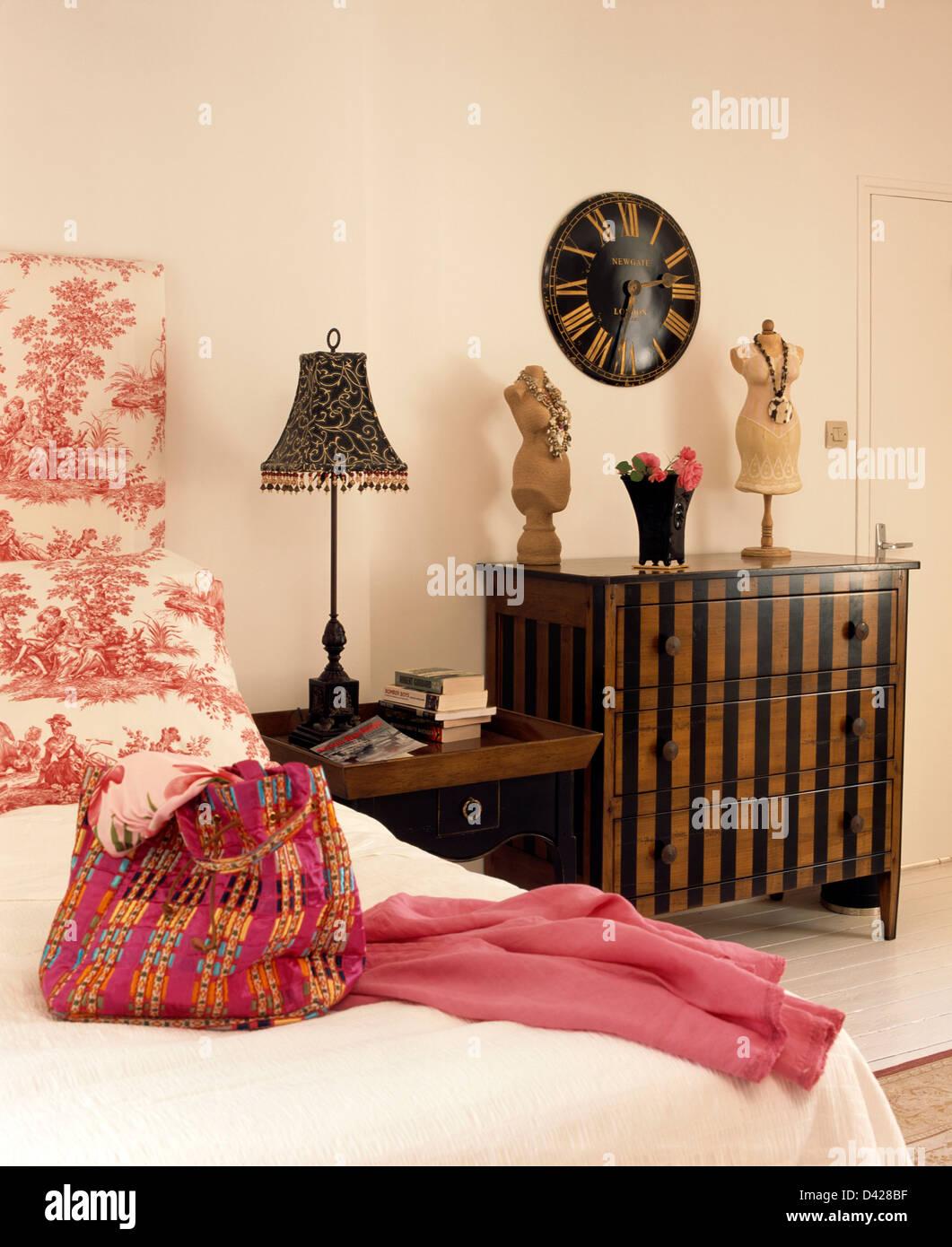 Rosa Gemusterte Tasche Und Jacke Auf Dem Bett Mit Toile De Jouy In  Französischer Landhaus Schlafzimmer Mit Uhr Oben Lackiert Kommode