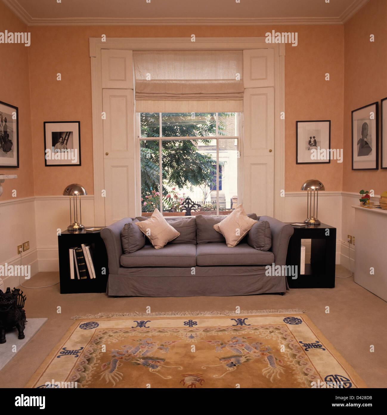 Creme Blind Auf Fenster Oben Grau Sofa In Pfirsich Wohnzimmer Mit Dado  Täfelung Und Schwarzen Tischen Mit Chrom Lampen