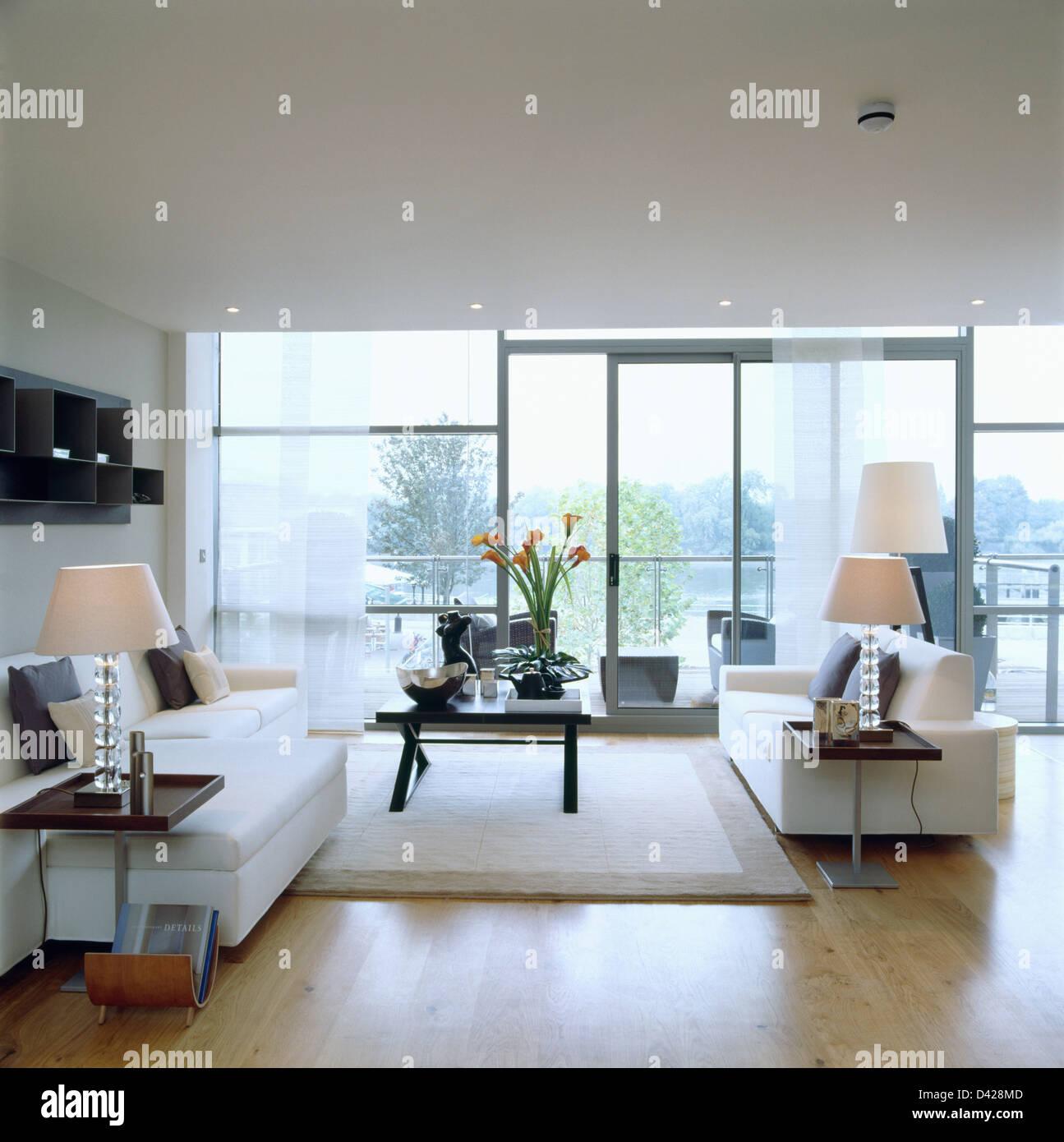 Weißer Teppich und weiße Sofas im Wohnzimmer großes modernes ...