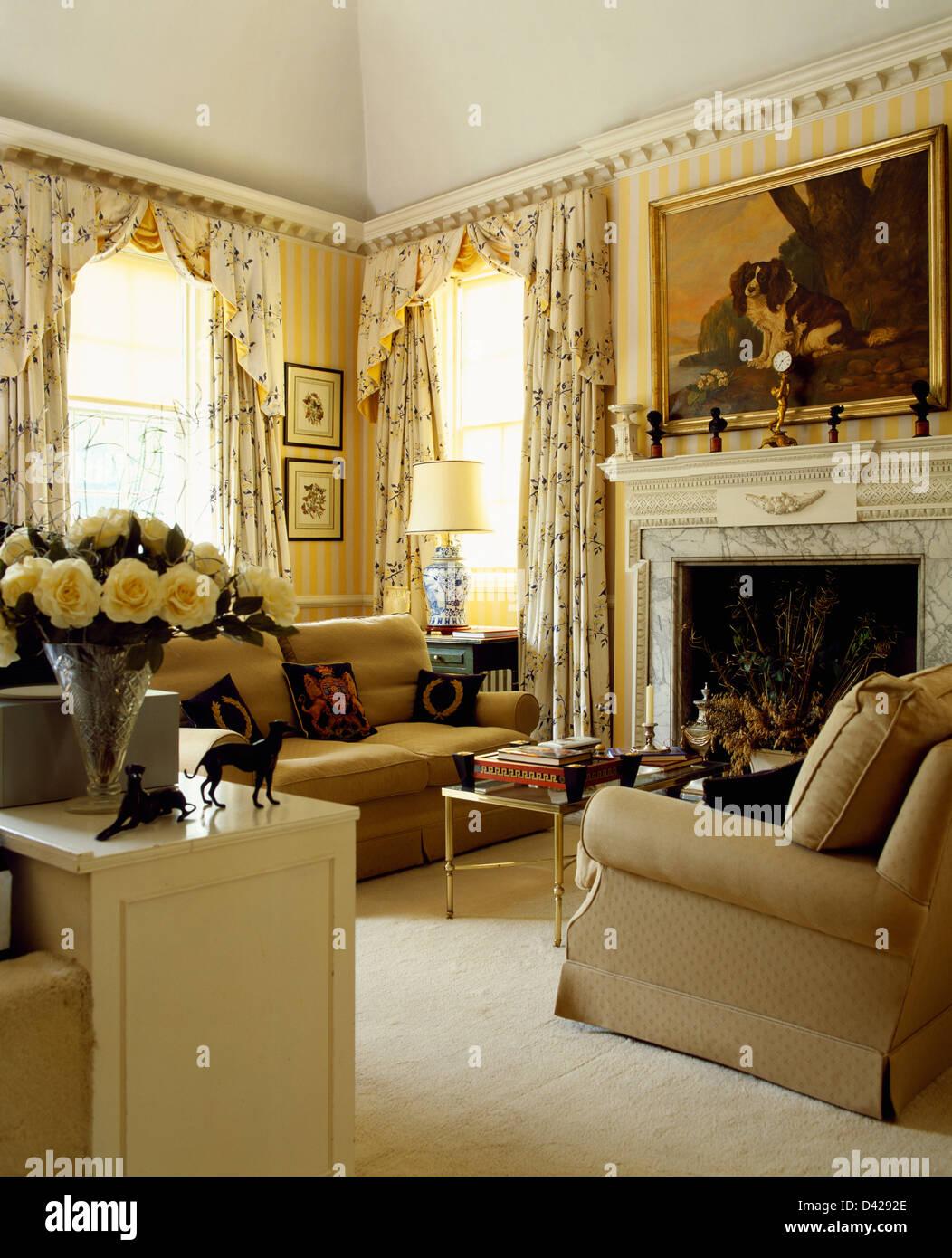 Beige Sofas und Sahne Teppich in gelben Land Wohnzimmer mit floral ...