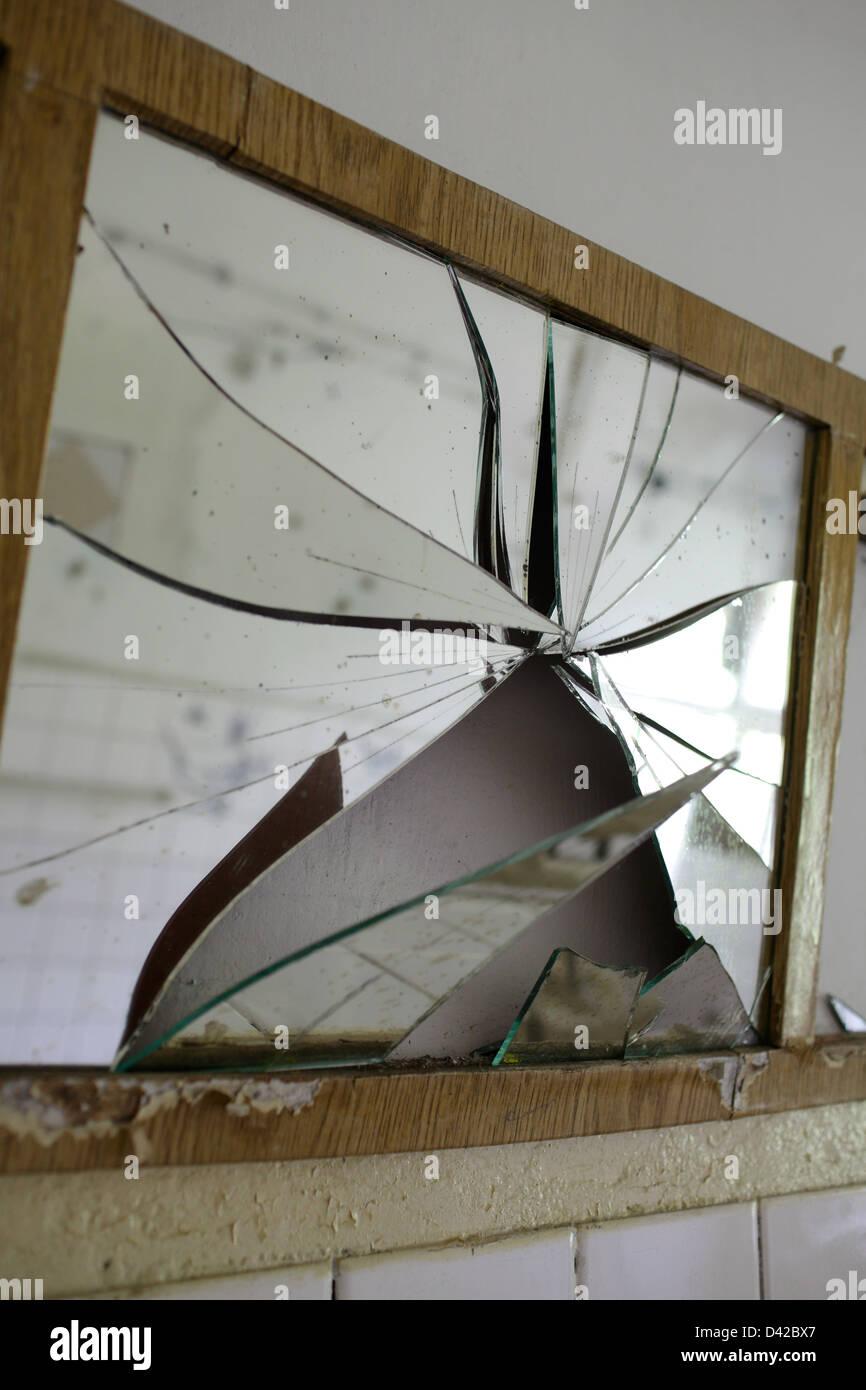 gross d lln deutschland ein zerbrochener spiegel stockfoto bild 54142991 alamy. Black Bedroom Furniture Sets. Home Design Ideas