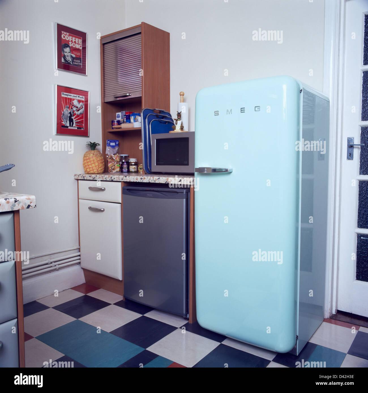 Blass blau Smeg Kühlschrank und Edelstahl Geschirrspüler in ...