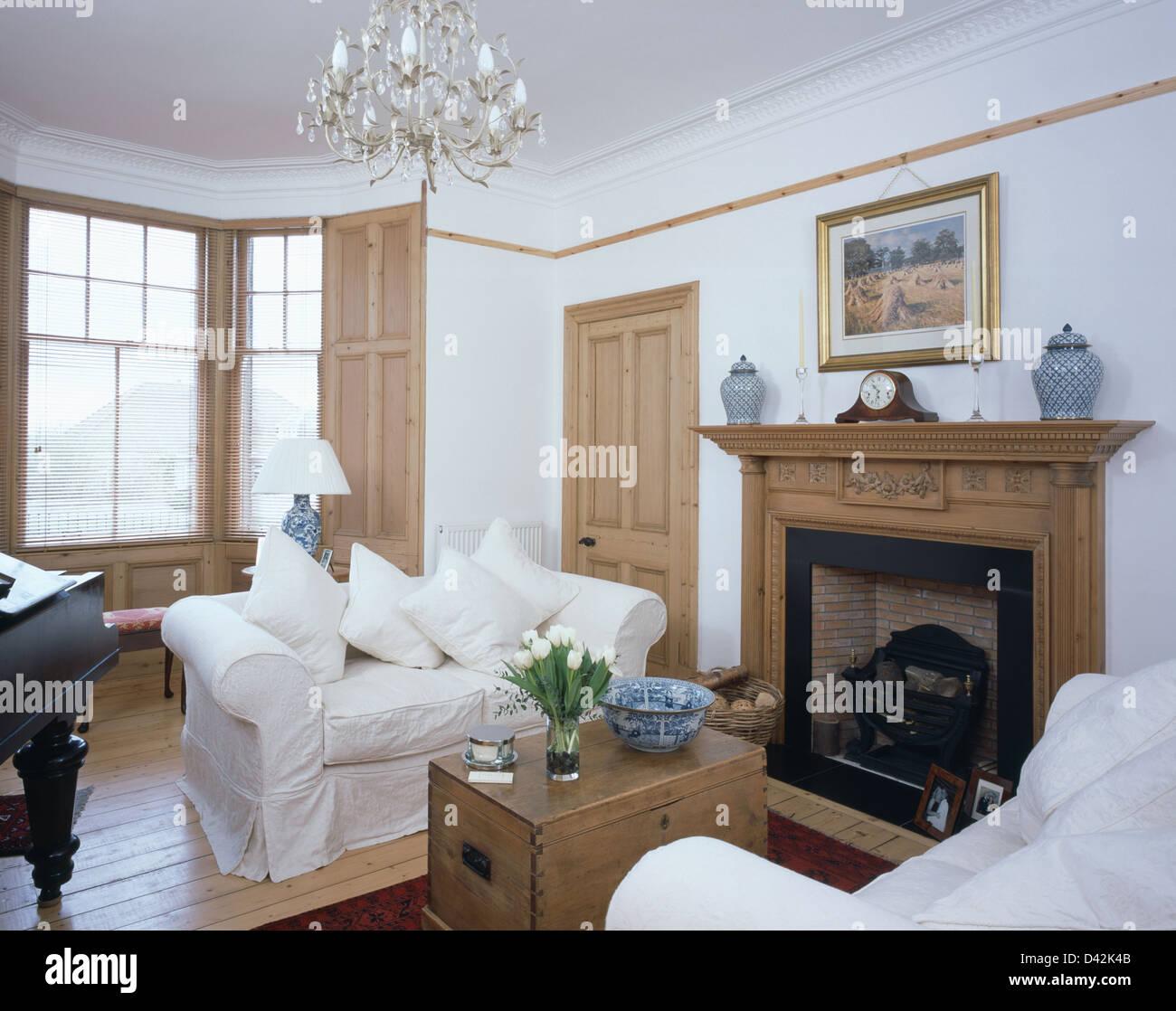 Weiß lose deckt auf Sofas mit alten Pinien Brust Kamin im weißen ...