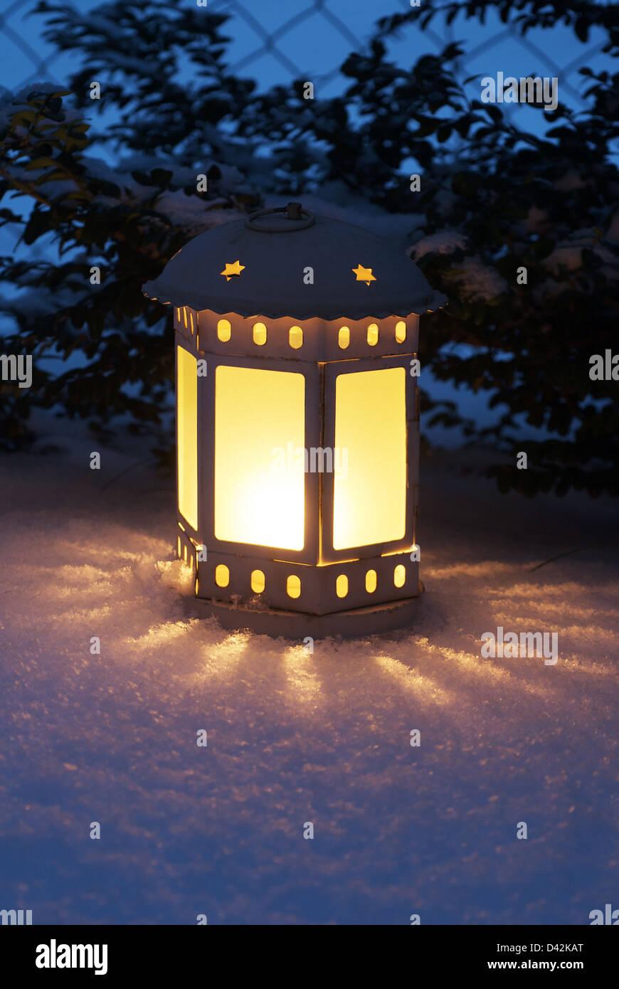 Berlin, Deutschland, leuchtet eine Laterne im frisch gefallenen Schnee Stockbild