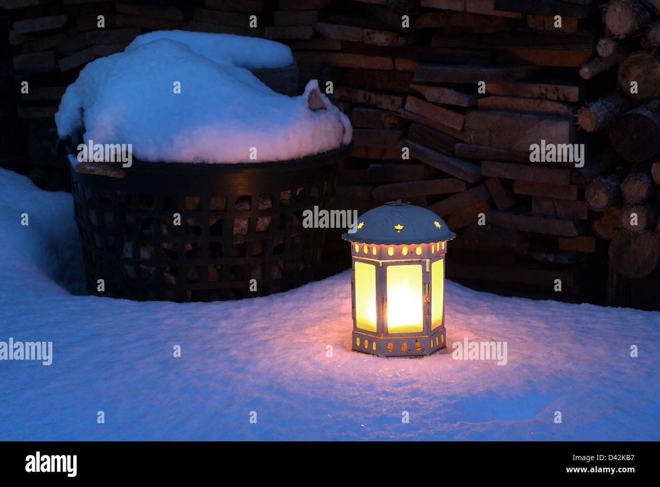 Nauen, Deutschland, leuchtet eine Laterne im frisch gefallenen Schnee Stockbild
