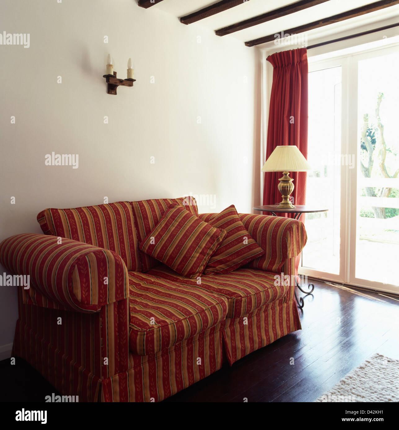Rot + rosa gestreifte lose Abdeckung auf Sofa in einfachen weißen ...