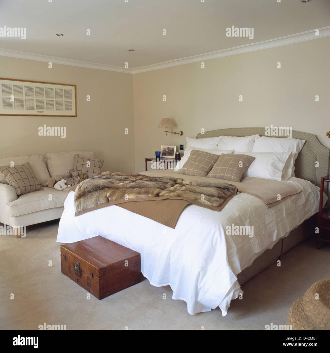 Kunstpelz Werfen Auf Bett Mit Weißem Leinen In Reihenhaus Schlafzimmer Mit  Kleine Holzkiste Und Beige Sofa