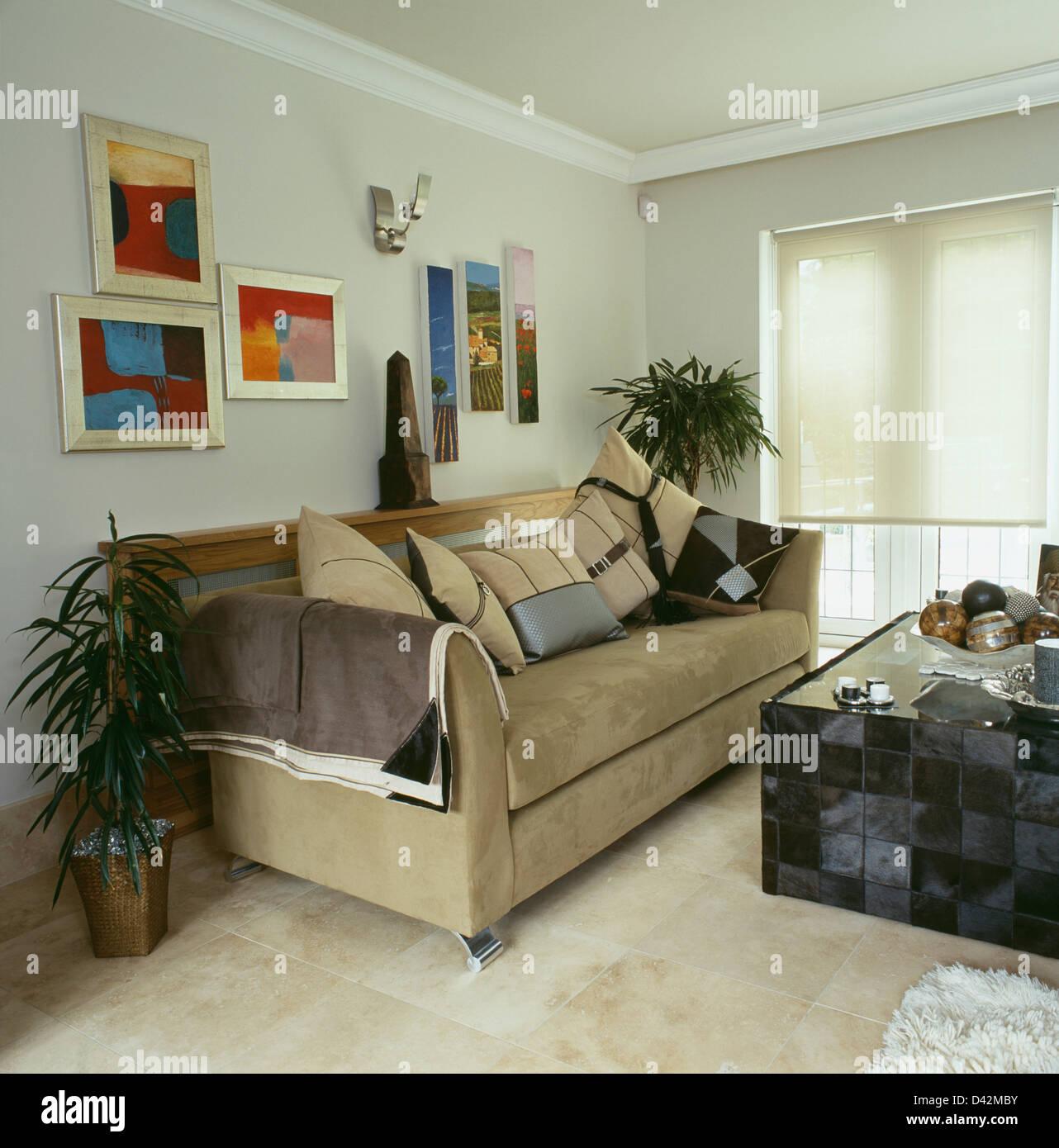 Gruppe Von Modernen Bildern Oben Beige Wildleder Sofa Im Modernen  Wohnzimmer Mit Schwarz Gefliesten Tisch Und Stein Fliesen Boden