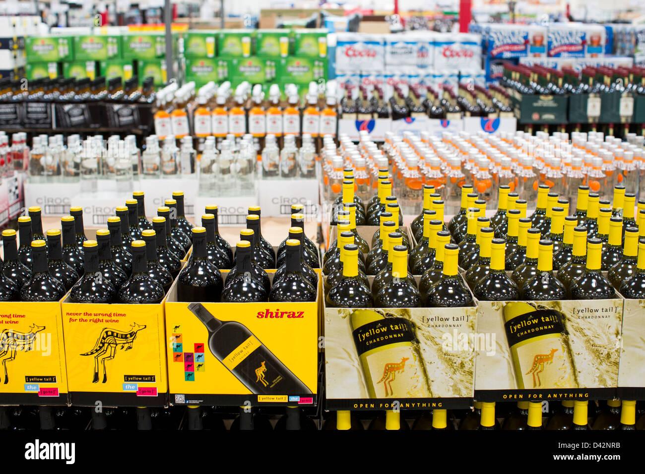 Yellow Tail Shiraz und Chardonnay Wein auf dem Display an einem Costco Wholesale Warehouse Club. Stockbild
