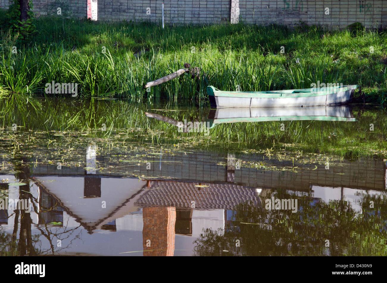 zeile holzboot schwimmer in der n he von green river ufer festgemacht und sch ne geb ude haus. Black Bedroom Furniture Sets. Home Design Ideas