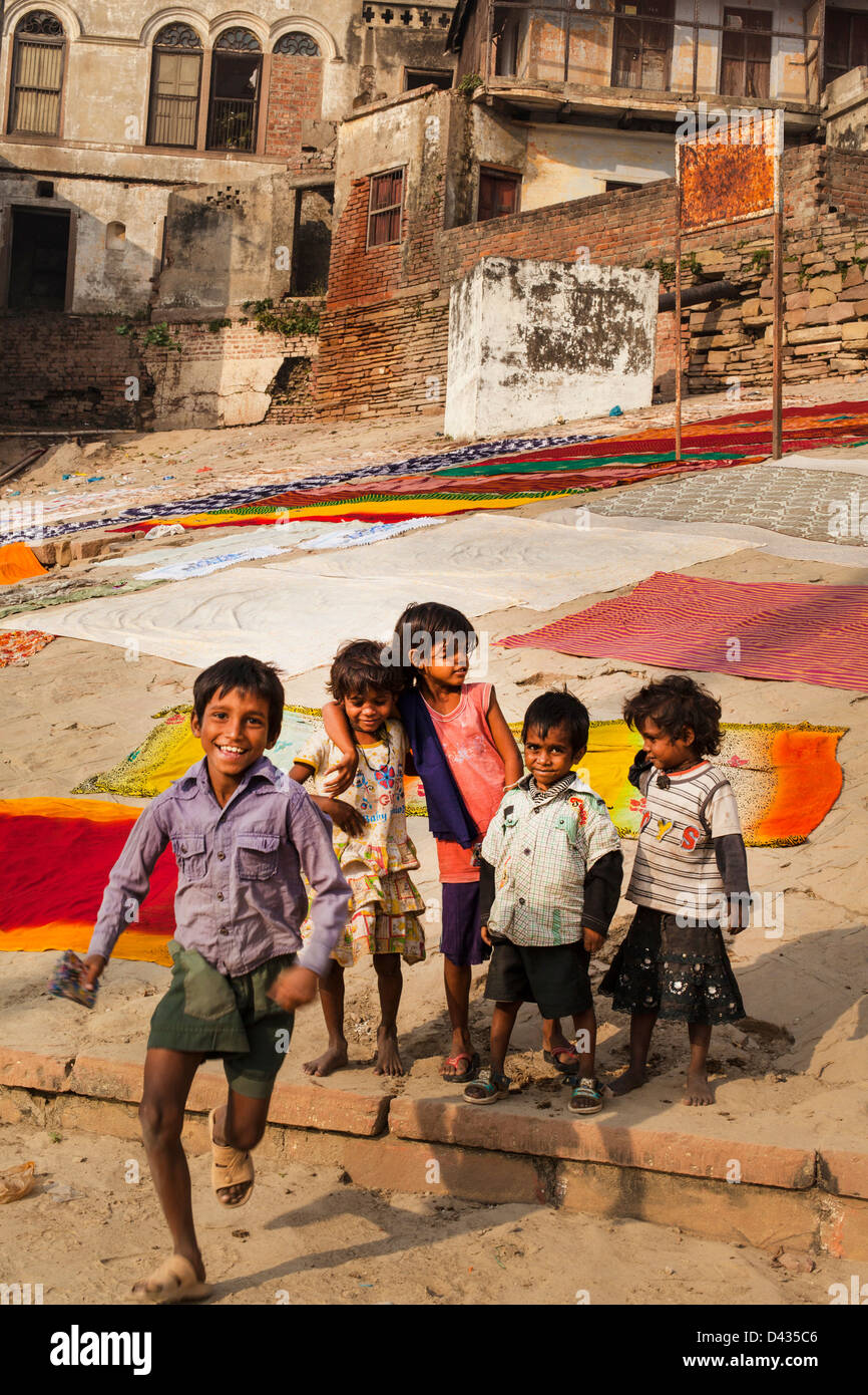 Kinder auf den Ghats von Varanasi, Indien Stockfoto