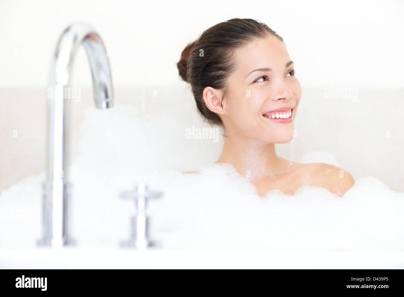 Gerne schöne junge Mischlinge asiatischen / Caucasian Frau im Bad genießen in Badewanne mit Schaum Stockbild