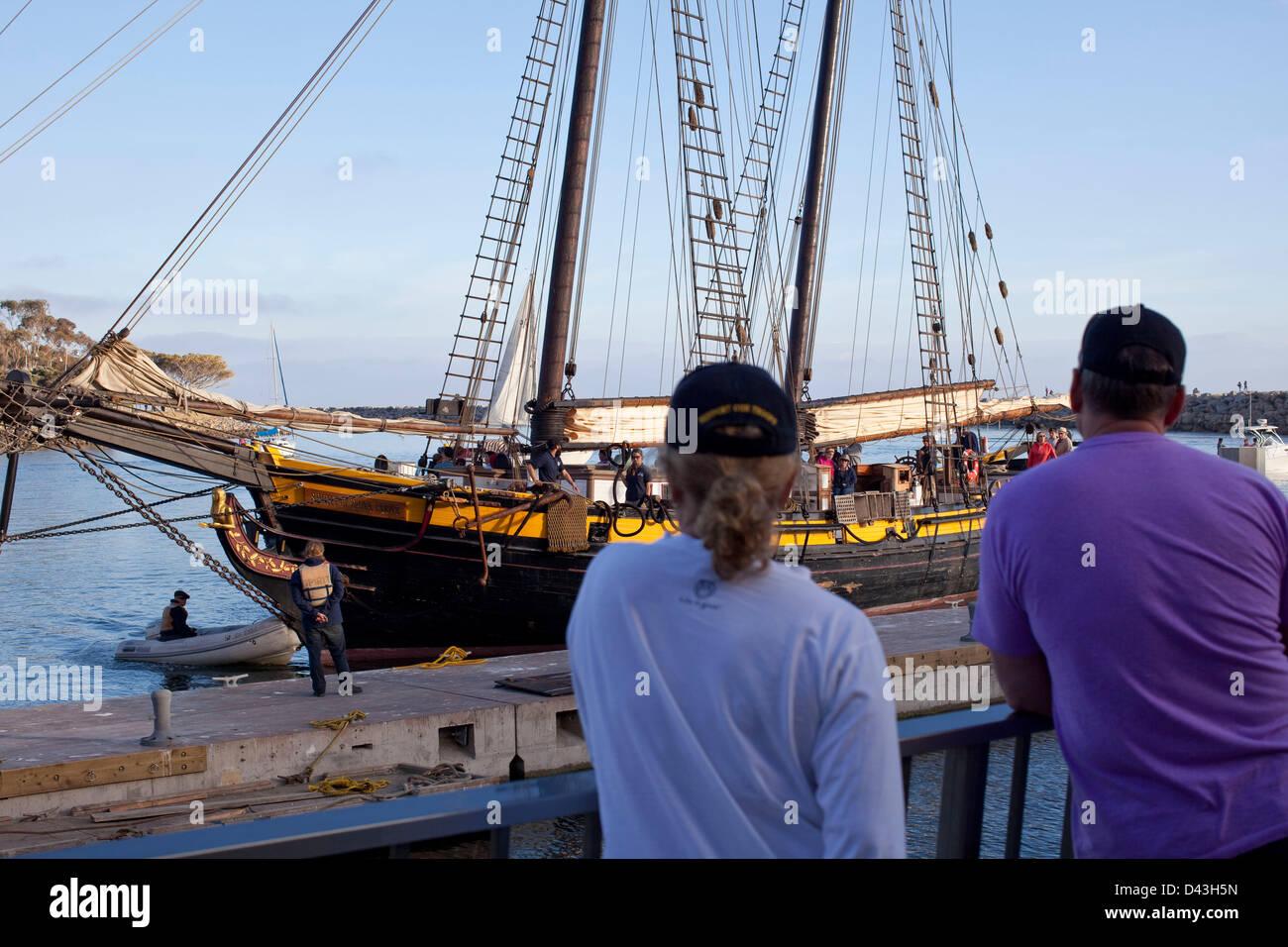 3. März 2013 - Dana Point, Kalifornien, USA - ein paar beobachten die Großsegler am Ocean Institute Segeln Stockbild
