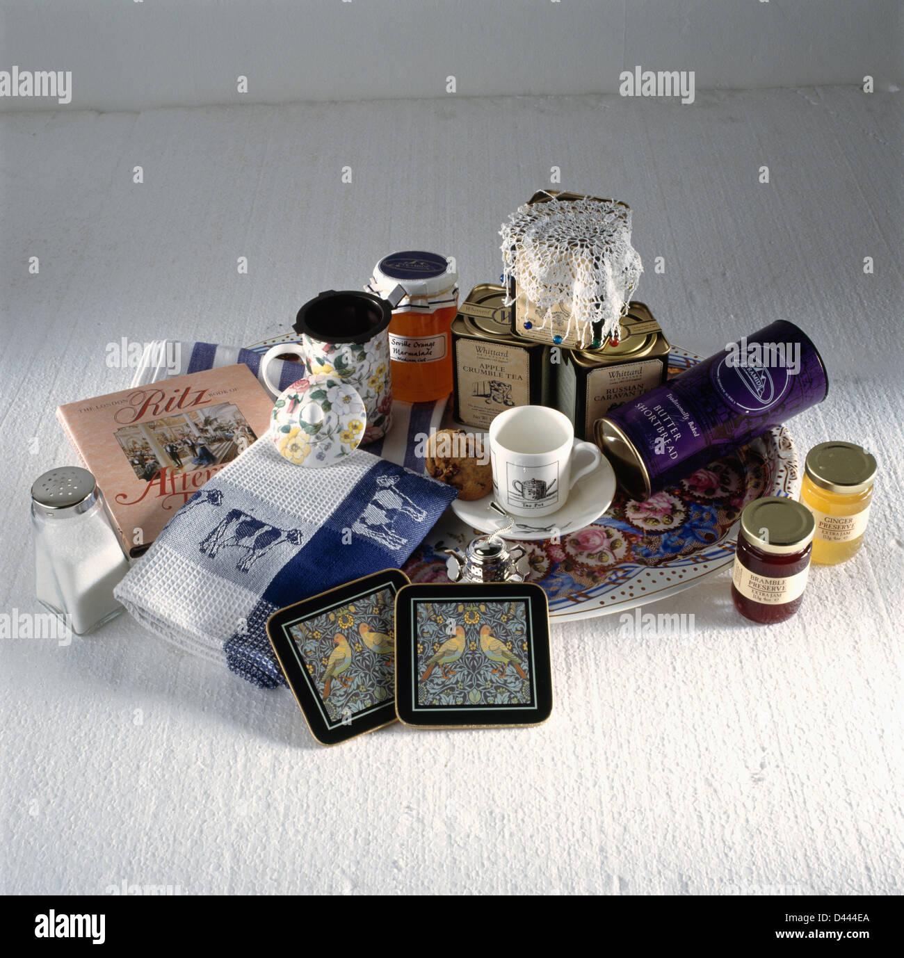 Nahaufnahme Der Glaser Marmelade Mit Tassen Und Untersetzer Und Geschirrtucher Vor Wird Zu Weihnachten Als Geschenk Verpacken Stockfotografie Alamy
