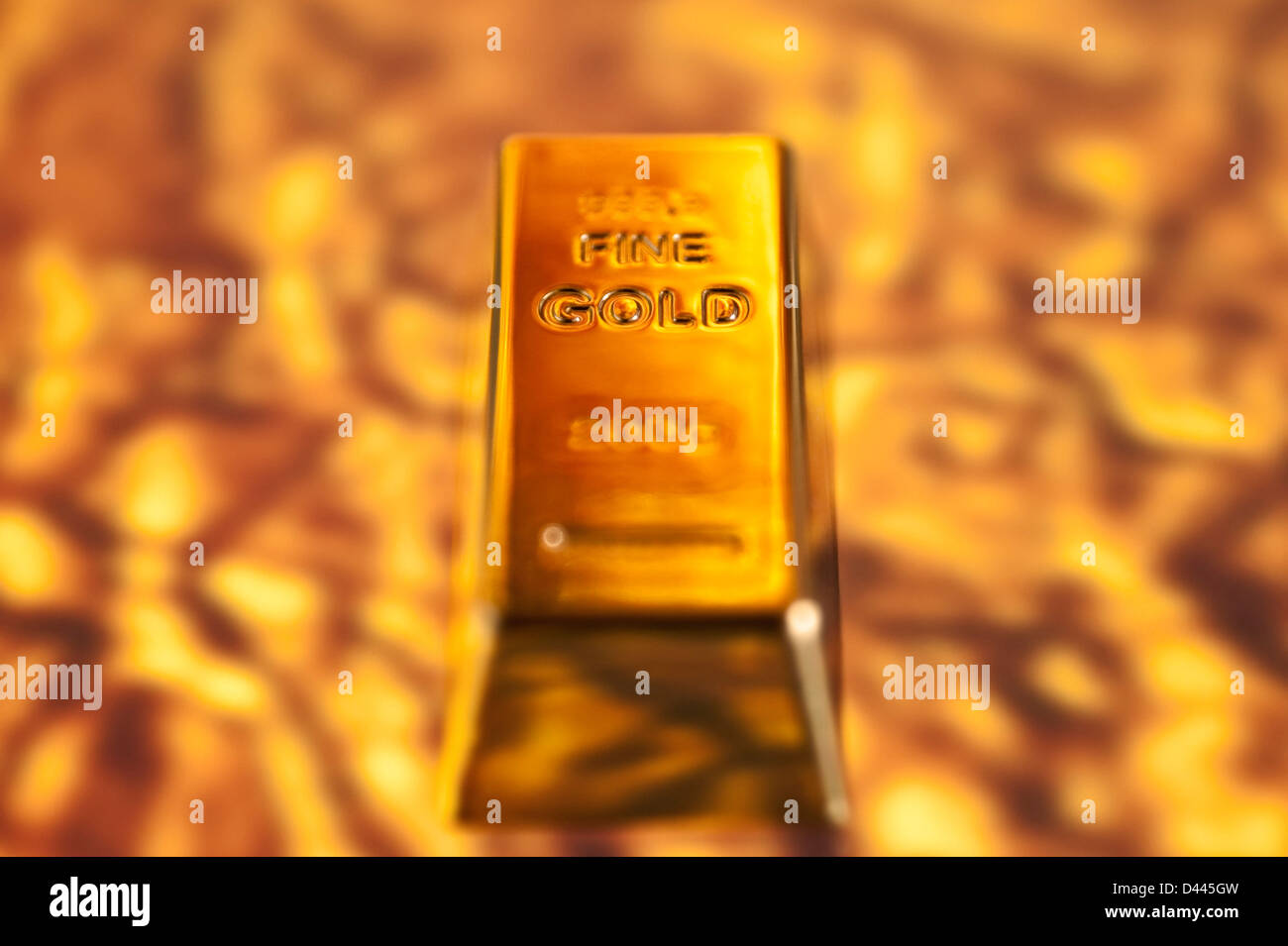 Goldbarren auf geschmolzenen Goldgrund Stockbild