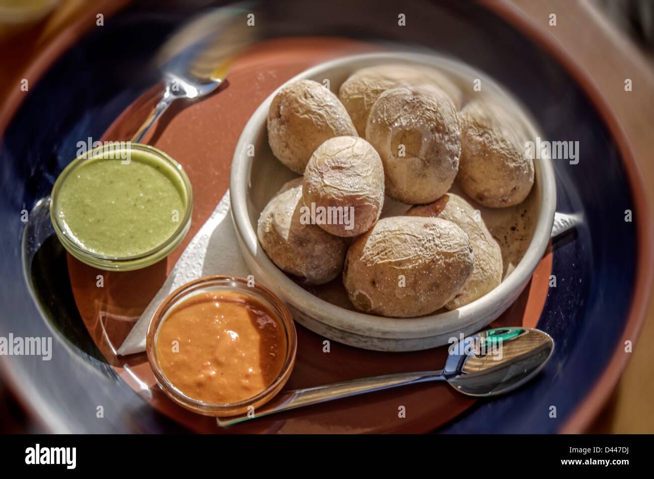 Marina Rubicon, typische Speisen, Papas Arrugadas, rote und grüne Mojo, Lanzarote, Kanarische Inseln, Spanien Stockbild