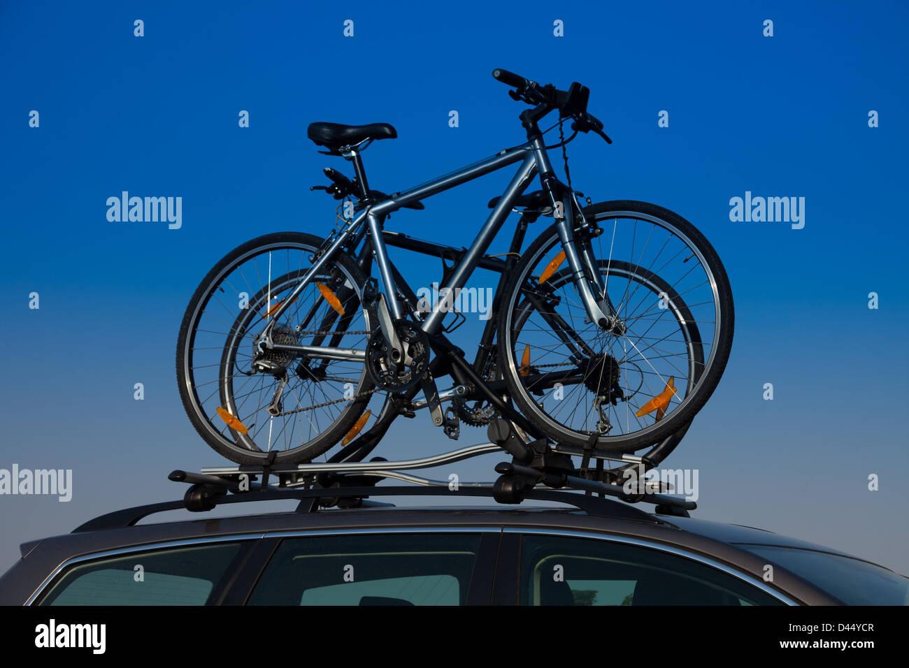 car roof bike stockfotos car roof bike bilder alamy. Black Bedroom Furniture Sets. Home Design Ideas
