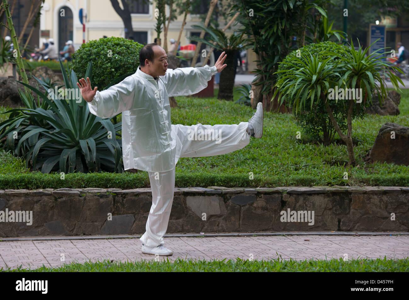 Vietnamesische Mann Durchführung von Tai Chi in weiß gekleidet, von Hoan-Kiem-See, Hanoi, Vietnam Stockbild