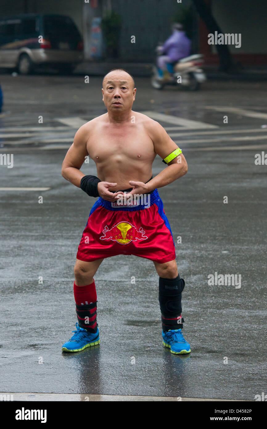 Alter Mann, gekleidet in Red Bull Boxershorts Morgengymnastik, Durchführung von Hoan-Kiem-See im Zentrum von Stockbild