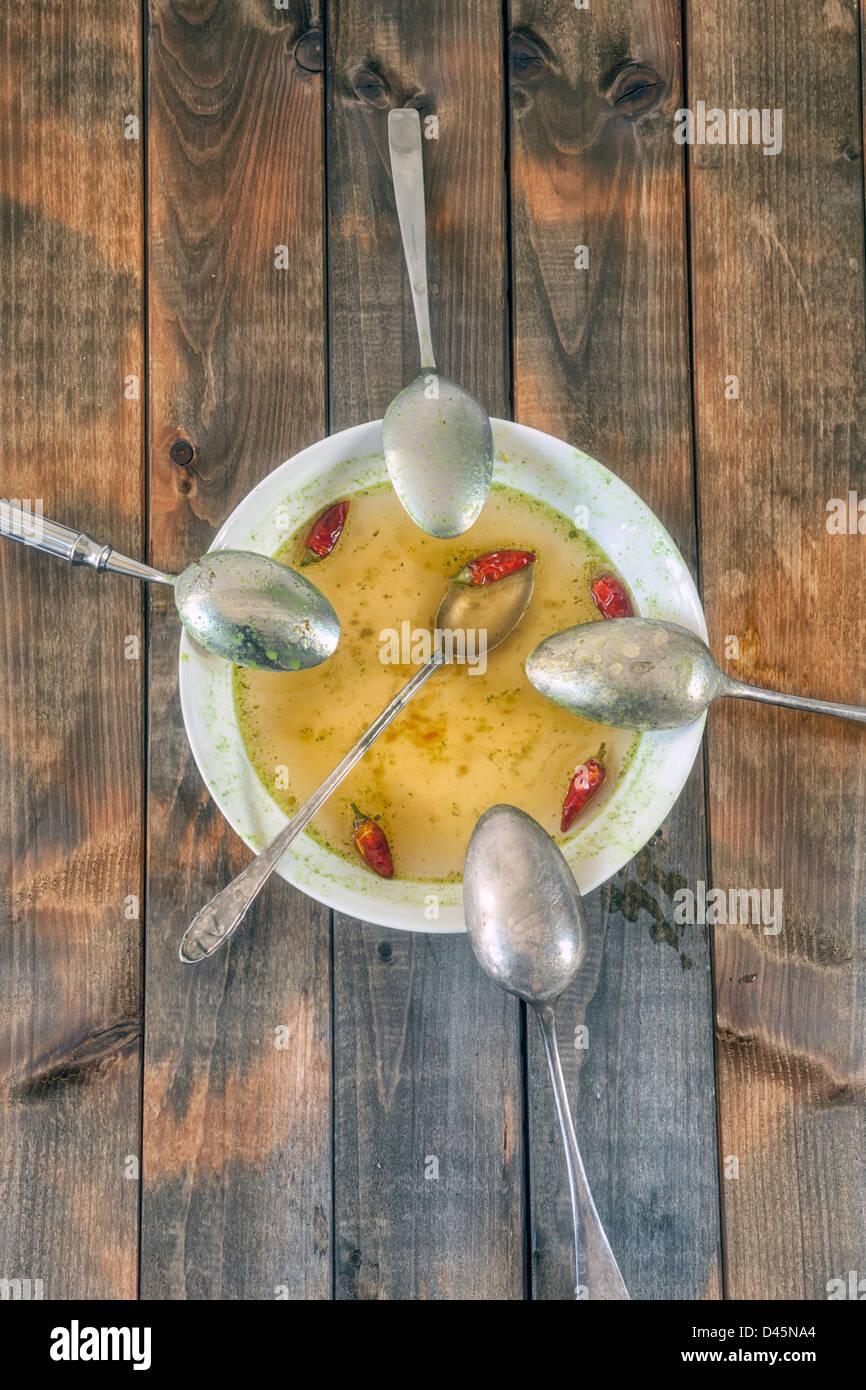 Suppenteller mit hot Chili und fünf Löffel Stockbild