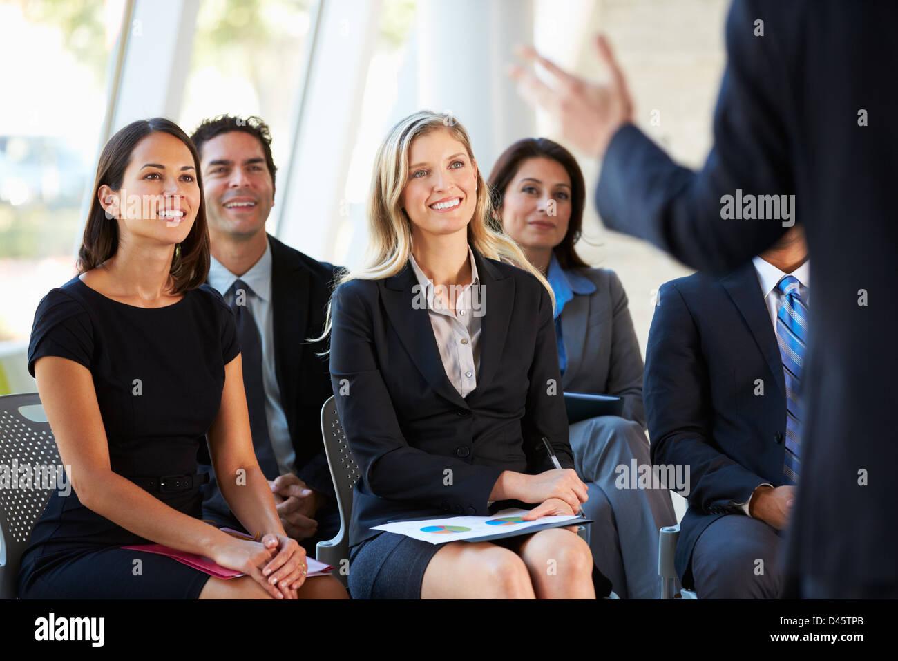 Publikum hören Vortrag auf Konferenz Stockbild