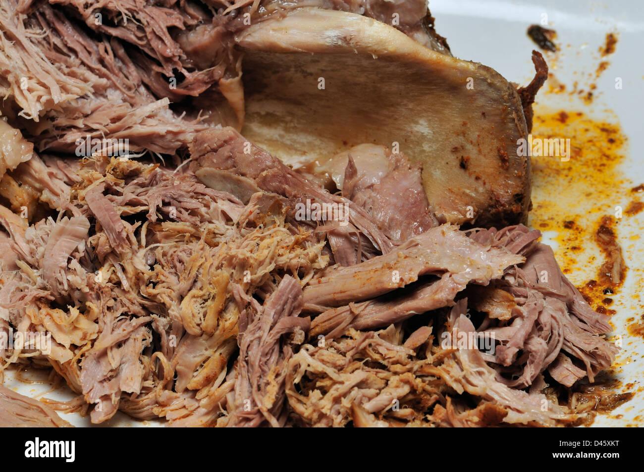 Schweinefleisch - zog langsam gegartes Schweinefleisch auseinander gezogen Stockbild
