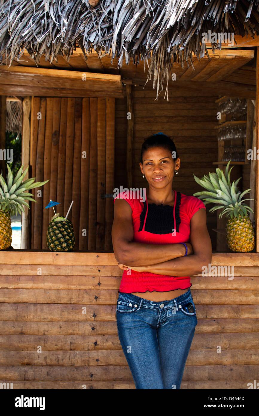 Juana Dominguez in einer Bar am Playa Rincon, ein beliebtes Touristenziel auf der Halbinsel Samana. Stockbild
