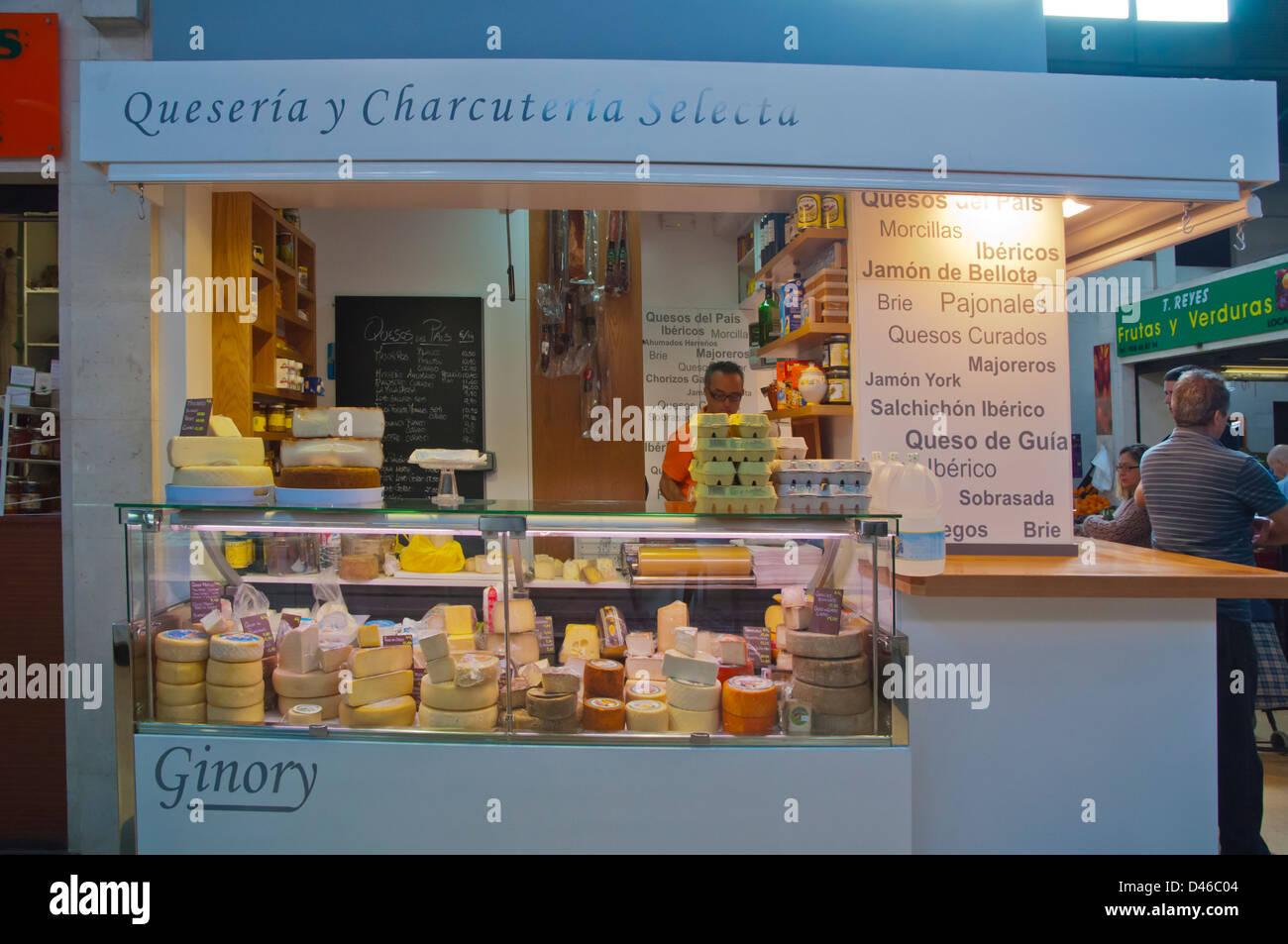 Käse-Shop im Inneren der Markthalle Mercado del Puerto Santa Catalina Viertel Las Palmas Stadt Gran Canaria Stockbild