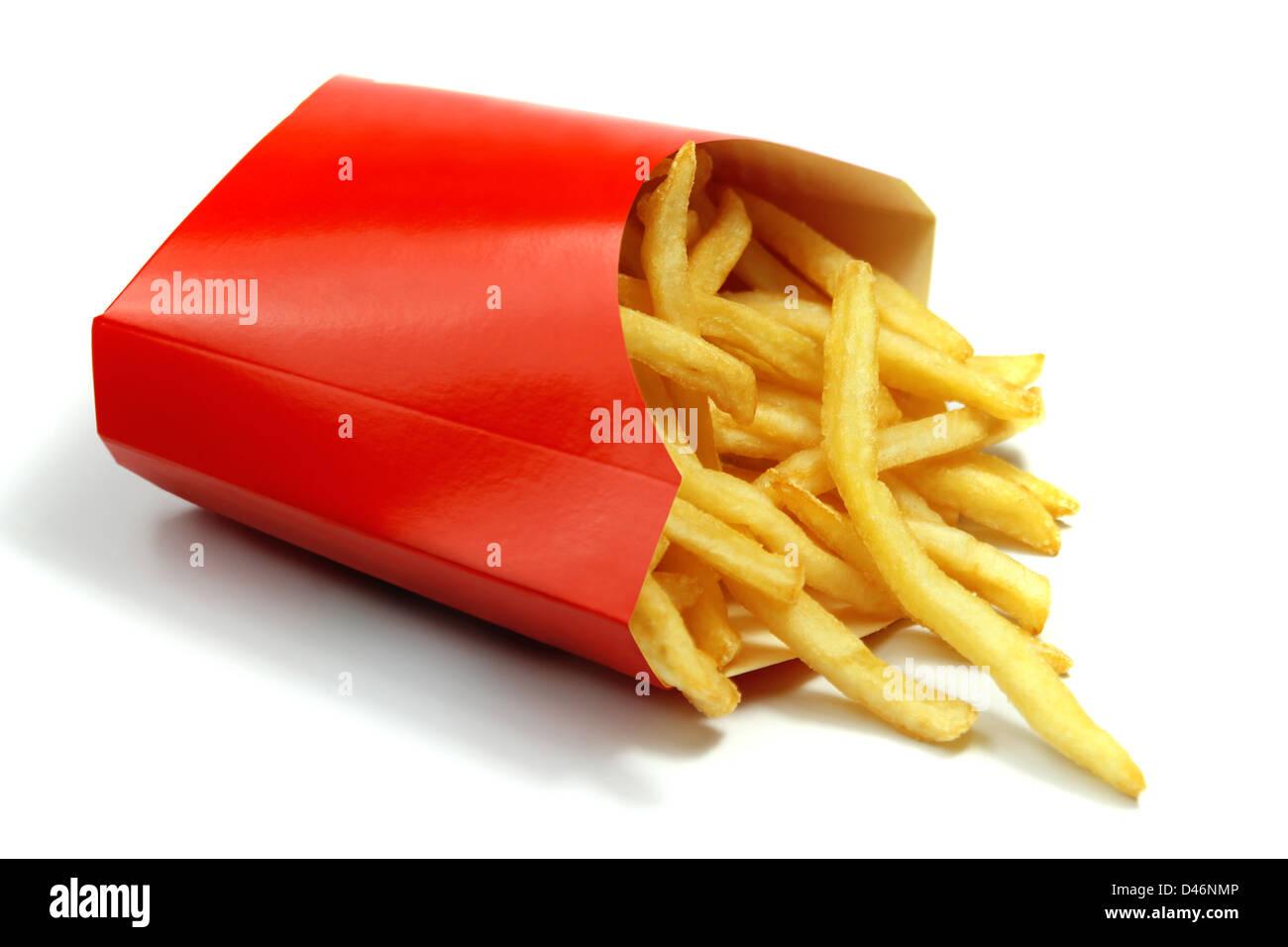 Pommes frites in einem roten Papierverpackung Stockbild