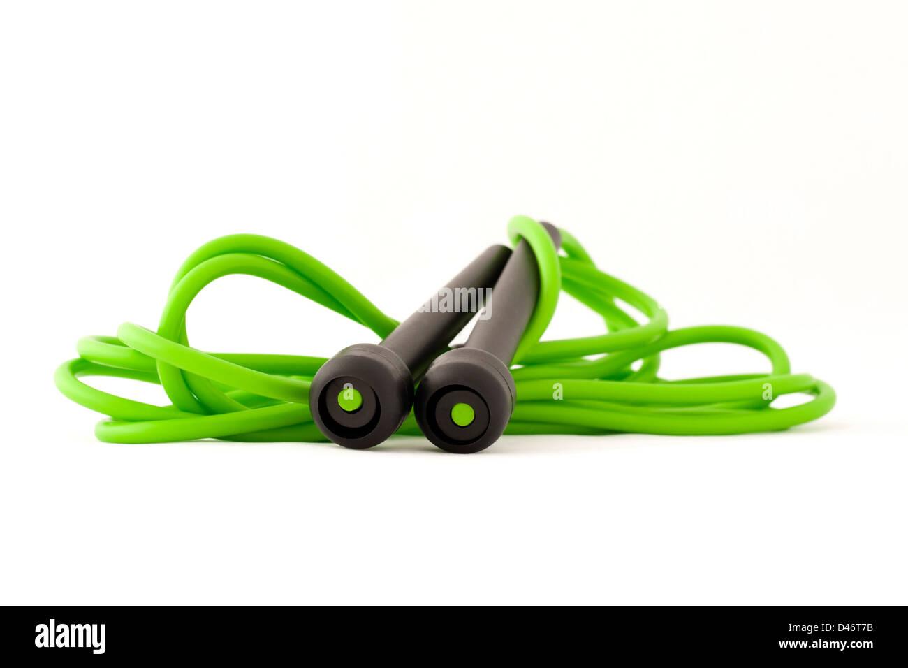 Springseil für eine Übung isoliert auf weißem Hintergrund grün. Sportgeräte. Stockbild