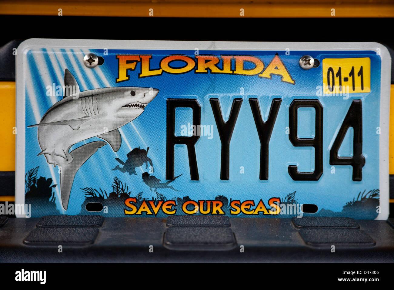 Abgebildet ist ein Hai auf eine benutzerdefinierte Bundesstaat Florida Automobil Nummernschild, Florida, USA. Stockbild
