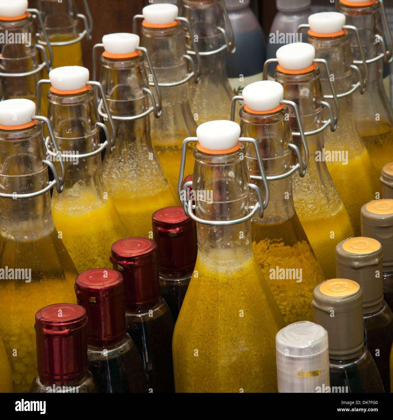 Italienischer Balsamico-Essig und Öle und abgefüllt Obst Getränke ...