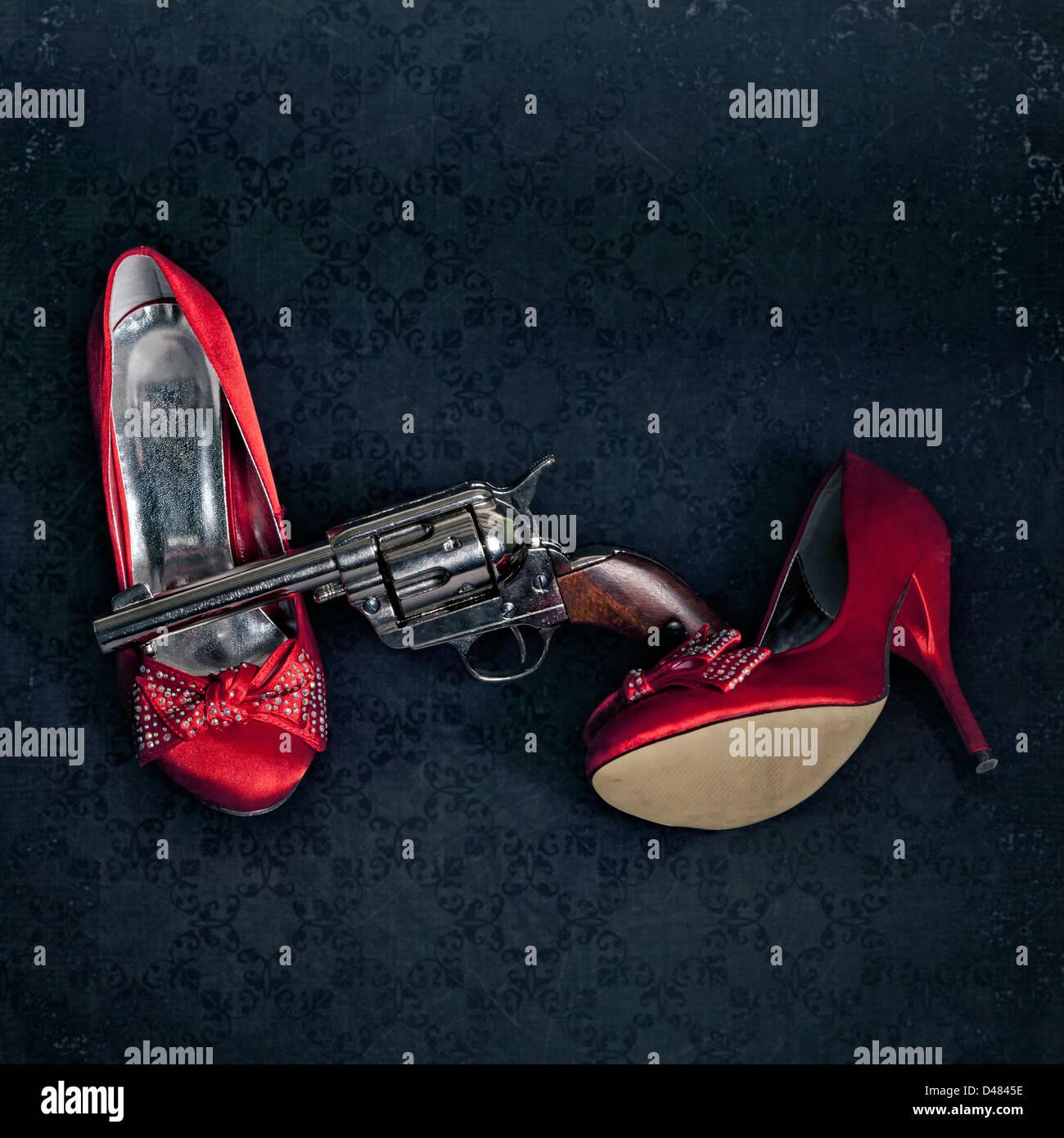 eine Waffe mit roten high heels Stockbild